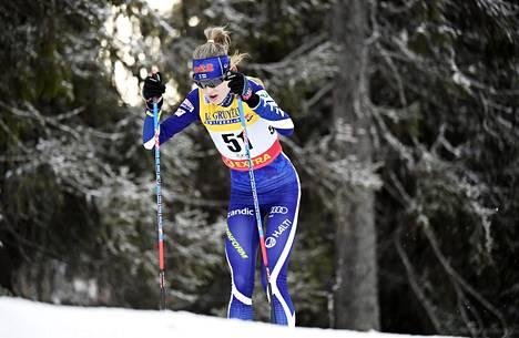 Ankkurina hiihtänyt Eveliina Piippo kamppaili sunnuntaina kolmannesta sijasta yhdessä Venäjän joukkueiden kanssa. Kuvassa Piippo hiihtää Rukalla lokakuussa.