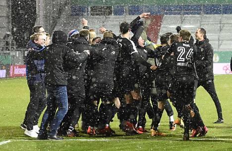 Kielin pelaajat juhlivat cupottelun voittoa keskiviikkoiltana.