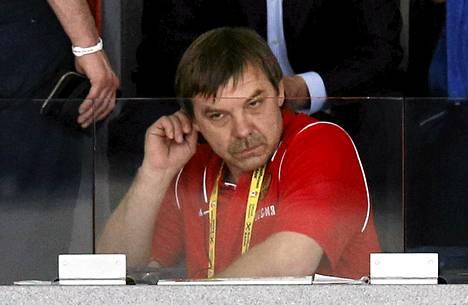 Toimitsijakiellossa ollut Venäjän päävalmentaja Oleg Znarok jakoi MM-finaalin aikana pelaajilleen ohjeita katsomosta.