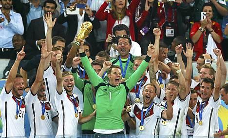 Manuel Neuer juhli maailmanmestaruutta heinäkuussa Brasiliassa.