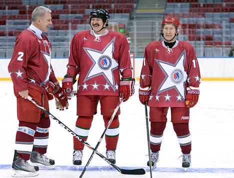 Entinen jääkiekkoilija Vyacheslav Fetisov, Valko-Venäjän presidentti Alexander Lukashenka (keskellä) ja Venäjän presidentti Vladimir Putin osallistuivat jääkiekon ystävyysotteluun Bolshoi-areenalla Sotsissa tammikuussa.