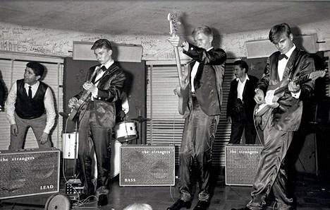The / Les Strangers esiintyy pariisilaisella Le Golf-Drouot -klubilla kesällä 1963. – Kirjan kuvitusta.
