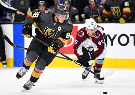 Coloradon Mikko Rantanen yritti kurottaa kiekkoon Vegasin puolustajan Nate Schmidtin kanssa.