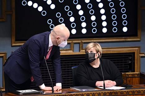 Vasemmistoliiton varapuheenjohtaja Jussi Saramo ja keskustan puheenjohtaja Annika Saarikko eduskunnassa toukokuussa.