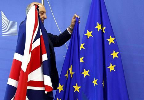 Britannia ei ole vielä jättänyt virallista eroilmoitusta. Britannian ja EU:n lippuja aseteltiin paikalleen ennen tiistain EU-huippukokousta.