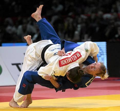 Kosovolainen Majlinda Kelmendi (vas.) kamppaili Jaana Sundbergin kanssa alle 52 kg finaalissa Pariisissa lauantaina.