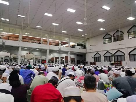 Ihmisiä rukoili Malesian pääkaupungissa Kuala Lumpurissa helmikuun lopussa Seri Petalingin moskeijassa, joka on yhdistetty satoihin koronavirustartuntoihin.