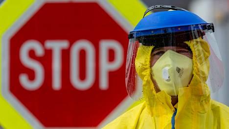 Suojavarusteisiin pukeutunut palomies teki autoilijoille satunnaistestejä Tšekin ja Saksan rajan lähistöllä sijaitsevalla huoltoasemalla Ústí nad Labemissa keskiviikkona.