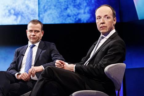 Kokoomuksen puheenjohtaja Petteri Orpo (vas.) ja perussuomalaisten puheenjohtaja Jussi Halla-aho arvostelevat hallituksen päätöstä avata Uudenmaan rajat.
