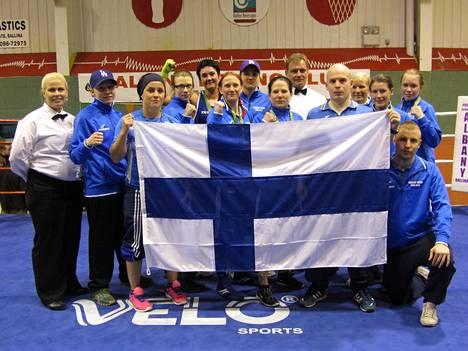 Suomen naisnyrkkeilijät taustavoimineen maaottelussa Irlannissa.