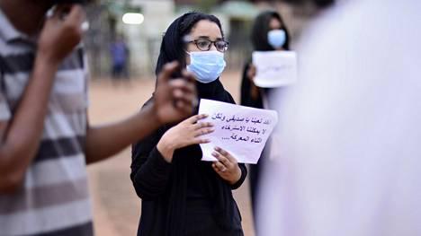 Sudanilaiset osoittivat mieltään kansannousun vuosipäivänä 23. toukokuuta muistuttaakseen yli sadasta kuolonuhrista keväällä 2019.