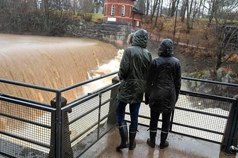 22. helmikuuta: Runsaat sateet saivat veden virtaamaan valtoimenaan Vanhankaupungin koskella .
