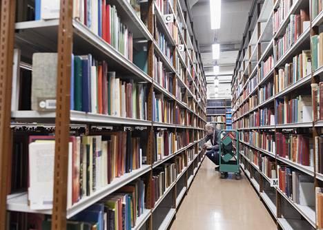 Hannu Leväinen järjestää kirjoja paikalleen Pasilan pääkirjaston kirjavarastossa. Tänne jää yksi kappale useimmista niistäkin kirjoista, jotka siivotaan kokonaan lähikirjastojen hyllyistä pois.