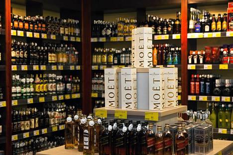 Tallinnalaisen ruokakaupan alkoholivalikoimaa.