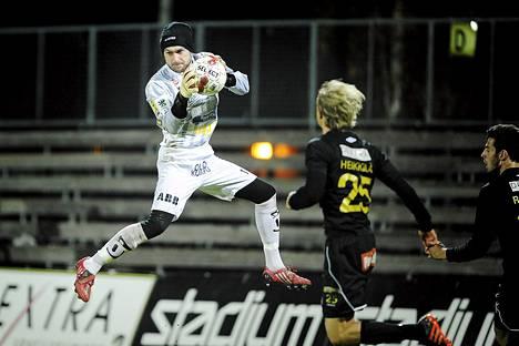 Jaron maalivahti Vitali Teles nappaa pallon Hongan Tapio Heikkilän ja Lum Rexhepin nenän edestä.