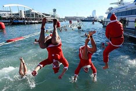 Joulupukkiasuiset uimarit hyppäsivät Välimereen Barcelonan satamassa järjestetyssä perinteisessä Copa Nadal -uintitapahtumassa keskiviikkona.