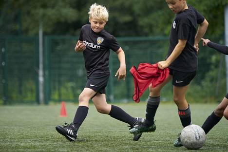 Käpylän Pallon Kasper Keski-Nisula käy ahkerasti harjoittelemassa jalkapalloa myös omalla ajallaan.