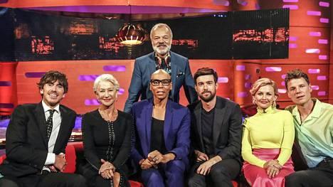 Lauantaina 14.3. nähtävässä jaksossa Graham Norton (takana) saa vieraakseen Simon Reevesin (vas.), Dame Helen Mirrenin, RuPaulin, Jack Whitehallin sekä Alphabeat-yhtyeen Stine Bramsenin ja Anders SG:n.