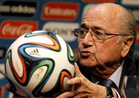 Qatarin vuoden 2022 MM-kisojen korruptioskandaali vavisuttaa myös Fifan puheenjohtaja Sepp Blatterin asemaa.