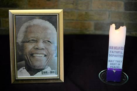 Nelson Mandelan valokuva muistojumalanpalveluksessa Sowetossa sunnuntaina.