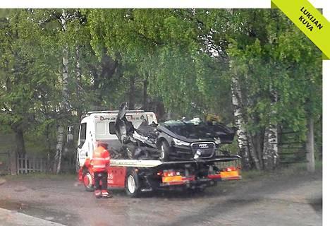 Audi-merkkinen henkilöauto romuttui täysin ulosajossa.
