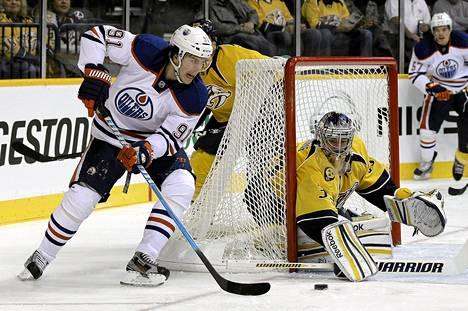 Edmontonin ruotsalaisvahvistus Magnus Pääjärvi (91) laukoi kohti Pekka Rinteen vartioimaa Nashvillen maalia tiistain NHL-kierroksella.