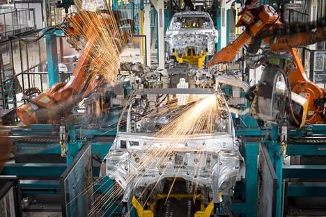 Robotit valmistavat Mercedes-Benzejä myös Uudenkaupungin autotehtaalla.