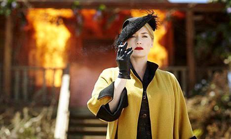 Kotiseudulleen palaavalla ompelijalla Tilly Dunnagella (Kate Winslet) on missio.