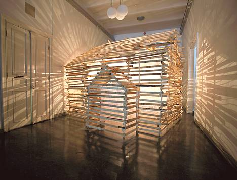 Petri Kaverman Separator-teoksen mallina on taiteilijan mummola. Kuva on Joensuun taidemuseon näyttelystä.