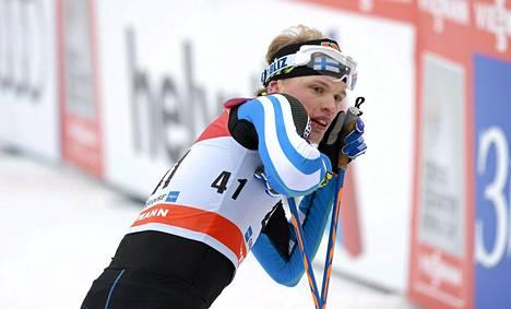 Suomen Iivo Niskanen Tour de Ski -kiertueen perinteisellä 15 km takaa-ajoetapilla Oberstdorfissa Saksassa sunnuntaina 4. tammikuuta 2015.