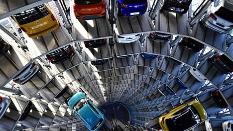 Uusia autoja Volkswagenin varastolla Wolfsburgista.