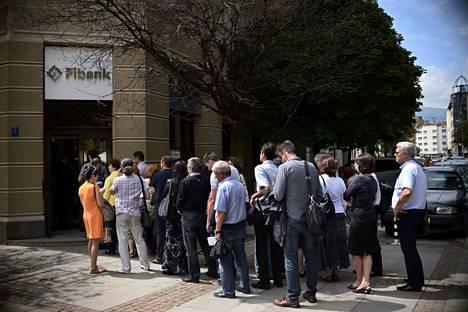 First Investment Bankin pankkipaniikkia edelsi nimettömien viestien ryöppy pankin asiakkaille. Huolestuneet tallettajat jonottivat pankin konttorin ulkopuolella Sofiassa 27.6.