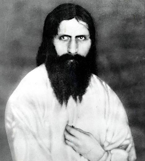 Munkki Grigori Rasputin (1869 –1916) nousi Venäjän tsaariperheen luottoystäväksi 1900-luvun alussa. Hänet murhattiin vuoden 1916 lopussa.