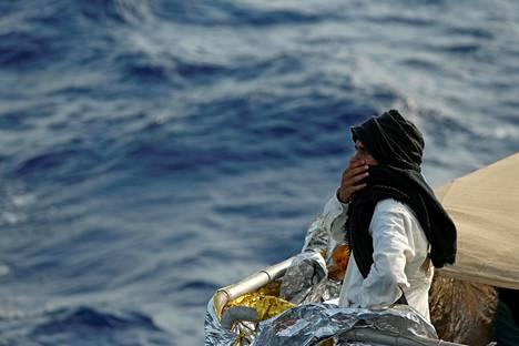 Siirtolainen katseli merta matkalla Libyasta Italiaan viime toukokuussa. Hän matkusti maltalaisen MOAS-kansalaisjärjestön pelastusaluksella.
