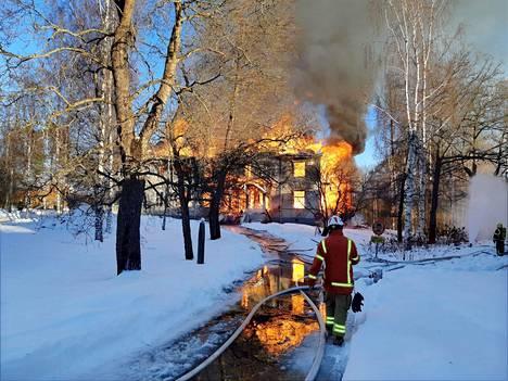 Varkauden klubin puinen päärakennus tuhoutui lauantaisessa tulipalossa täysin. Savun takia alueelle annettiin vaaratiedote.