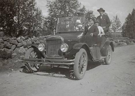 Joukko matkalla Toholammin työväenyhdistyksen arpajaisiin vuonna 1926. Mikko Ampuja on takana keskellä.