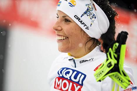 Charlotte Kalla hehkui onnea voitettuaan kymmenen kilometrin MM-kultaa vapaalla hiihtotavalla tiistaina. Viestissä hän hiihtää yllättäen toisen osuuden.