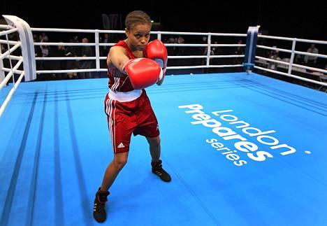 Brittiläisen Natasha Jonas ja hänen joukkuetoverinsa eivät innostu hameenkäytöstä nyrkkeilyssä.