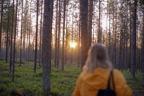 (23.24) Horisontissa keikkuva yöttömän yön aurinko on tuttu näky jokaiselle festivaalivieraalle, joka uskaltautuu myöhäisen illan ja yön näytöksiin. Työntekijöiden, lehdistön ja kutsuvieraiden omissa perjantai-illan lavatansseissa aurinko kurkisteli vieraita metsän läpi.