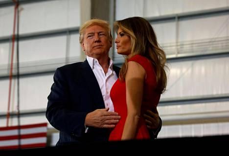 Donald Trump vaimonsa Melania Trumpin kanssa Floridassa lauantaina.