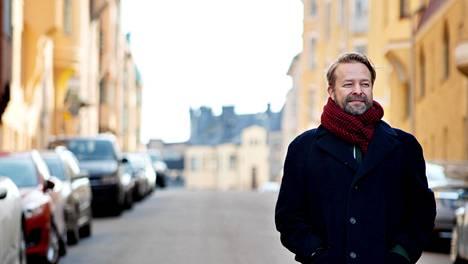 Måndag-markkinointitoimiston toimitusjohtaja Arto Sivonen tyhjällä kadulla Katajanokalla. Sivonen puuhaa Sisumarket-projektia, jonka tarkoitus on yhdistää pienyrittäjät ja asiakkaat poikkeusaikana ja mahdollisesti myöhemminkin.