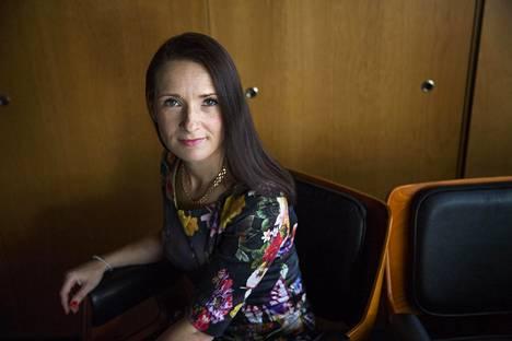 Suomen pääomasijoitusyhdistyksen toimitusjohtaja Pia Santavirta kertoo, että suomalaiset pääomasijoitusyhtiöt eivät saa markkinoida rahastojaan tavallisille kuluttajille.