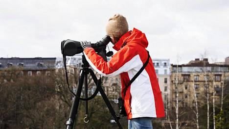 Christa Granroth havaitsee kotinurkillaan harvinaisia lintuja ja saa niistä raportoimalla aikaan bongreiden ryntäyksiä.