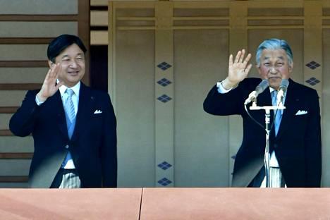 Japanin uudeksi keisariksi nouseva kruununprinssi Naruhito ja hänen isänsä, keisari Akihito vilkuttivat ihmisille keisarillisen palatsin parvekkeelta tammikuussa.