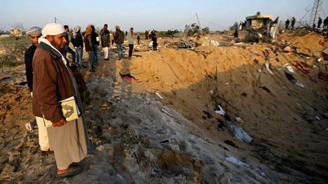 Palestiinalaiset tutkivat Isralein ilmaiskun aiheuttamia tuhoja Gazan kaistalla torstaina.