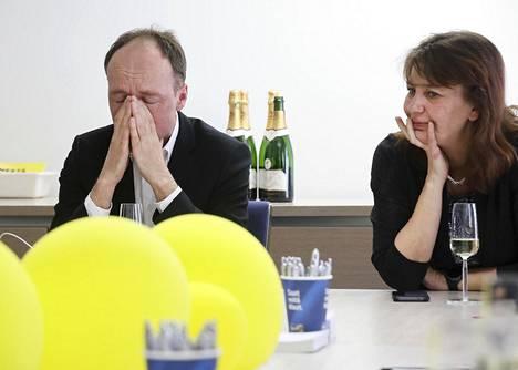 Perussuomalaisten puheenjohtaja Jussi Halla-aho ja puoluesihteeri Riikka Slunga-Poutsalo liikuttuvat kyyneliin puoluetoimistolla.
