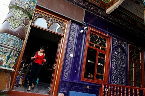 Tarjoilija kantoi drikkejä baariksi muutetussa moskeijassa Kashgarin vanhassa kaupungissa Xinjiangin alueella Kiinassa syyskuussa 2018.