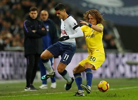 Tottenhamin Erik Lamela (vas.) ja Chelsean David Luiz kamppailivat pallosta Wembleyllä.