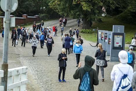 Pokémon Go -pelaajat vaelsivat laumoittain Suomenlinnaan viime vuonna.