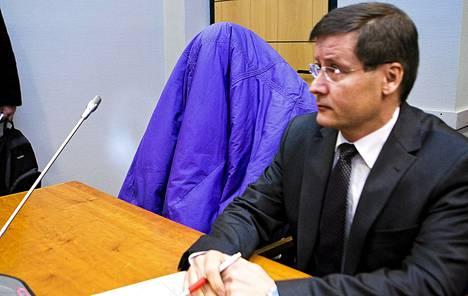 Oriveden kouluampumisista syytetty mies (vas.) ei sanonut sanaakaan vangitsemisoikeudenkäyntinsä julkisen osan aikana Pirkanmaan käräjäoikeudessa maanantaina. Vierellä istui hänen asianajajansa Kaarle Gummerus.